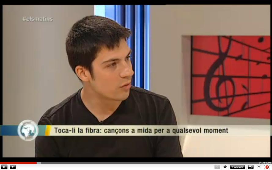 L'Arnau explica de què va tot plegat a Els Matins de TV3 i pren nota per fer una cançó a mida per al programa.
